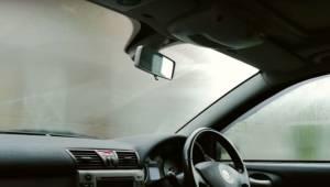 Jednoduchý trik, díky kterému už nikdy nebudete mít zamlžená okna auta!