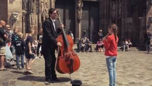Malá holčička hraje na flétnu pro violoncellistu… kolemjdoucí jsou z toho v šoku