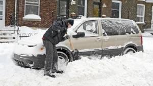 Zatímco on čistil auto zvenku, čekala v něm na něho žena s dětmi. Děsivá tragédi