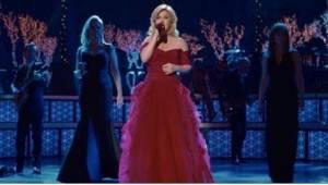 Kelly Clarksonová zazpívala píseň Tichá noc se 2 legendárními zpěvačkami, které