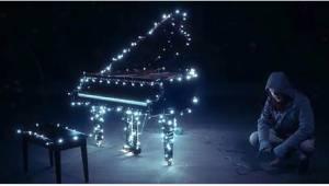 Jakmile začne hrát na klavír, stane se něco magického!