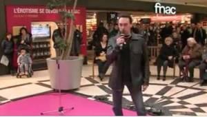 Muž začal zpívat v nákupním centru. Jiní okamžitě poznali úžasný zpěv zesnulého