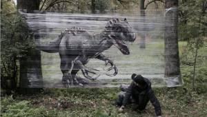 Umělec vytváří realistické graffiti s pomocí fólie a spreje. To musíte vidět!