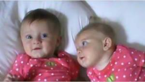 Maminka položila dvojčata na postel vedle sebe. Sledujte, co udělá holčička vpra