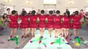 Ženy v červených šatech stály jedna vedle druhé. Když udělaly tohle, publikum by