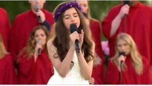 12letá holčička zpívá hit Elvise Presleyho a její hlas zcela okouzlil publikum.