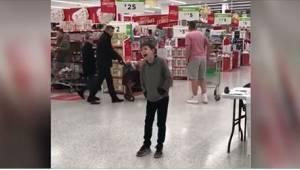 To, jak zpíval v supermarketu autistický chlapec, okouzlilo všechny!