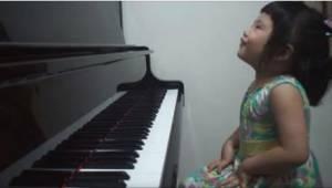 Maminka požádala svou 3letou dcerku, ať jí něco zahraje. Její výkon se stal senz