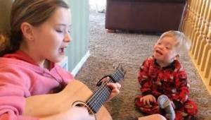 2letý chlapeček s Downovým syndromem má potíže s řečí. Když začne jeho sestra zp