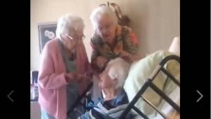 Každé z těchto sester je 90 let a chovají se jako mladé a veselé dívky! Berte si
