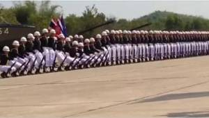 Když začnou své vystoupení, sledujte prvního vojáka vlevo.