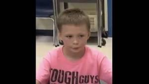 Jeho spolužáci se mu smáli, protože měl na sobě růžové tričko. Když další den uv