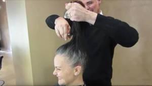 Už nechtěla barvit své šedé vlasy. Kadeřník dostal úžasný nápad.