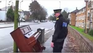 Policista uviděl na ulici pianino a chtěl zjistit, jestli funguje. Po chvíli už