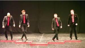 4 muži začnou tančit tradiční irský tanec. Když se na pódiu objeví 5. člen, všec