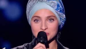 Mladá dívka se objevila ve francouzské verzi pěvecké soutěže The Voice. O několi
