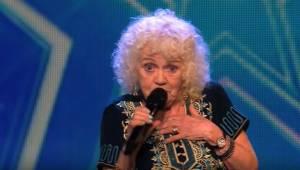 81letá babička zazpívala píseň a všem vyrazila dech. Po vystoupení se stalo něco