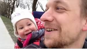 """Roztomilé video – učí dcerku, jak říct """"tata"""". Její reakce dostala internet."""