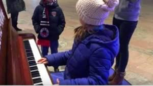 Kolemjdoucí byli překvapeni, když 9letá holčička přišla ke klavíru. Když začala
