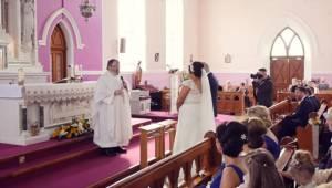 Kněz měl zpívat na konci obřadu. Několik lidí vstalo a všichni měli v očích slzy