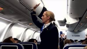 Letuška začíná bušit do prostoru na příruční zavazadla a cestující za chvíli zír