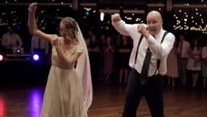 Tanec dcery s otcem na svatbě se stal hitem na internetu!